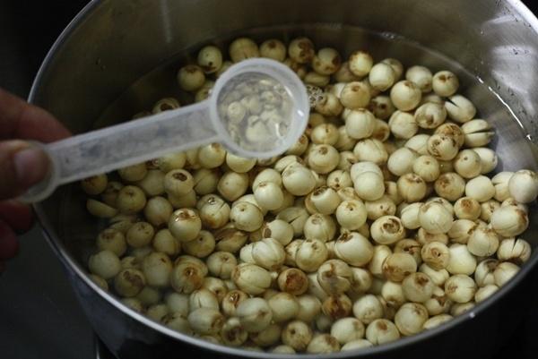Ngâm hạt sen khô cho mềm