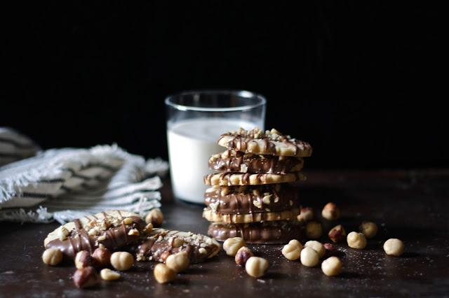 Làm bánh quy bơ sữa: Bánh quy nhúng socola ngọt ngào